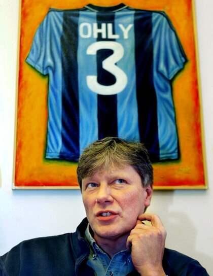 DJURGRDARE. Vänsterledaren Lars Ohly har en Djurgårdströja med sitt eget namn på väggen. Foto: Sven-Erik Sjöberg
