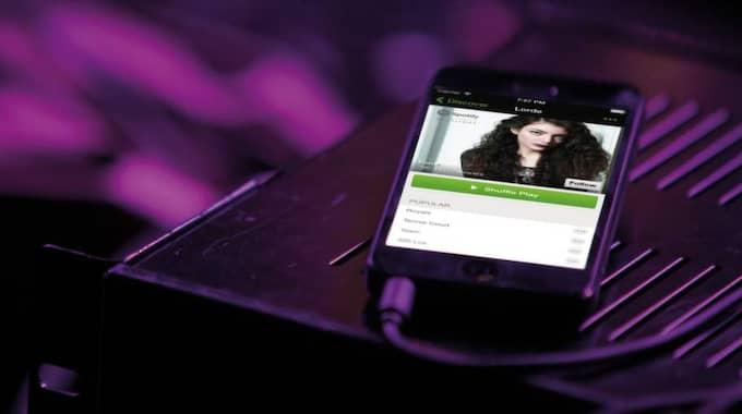 I mobilen har det konstnadsfria kontot en shuffle-version, vilket innebär att låtarna blandas. Vill du lyssna på låtarna i en bestämt ordning, utan reklam så är det premium-kontot som gäller.