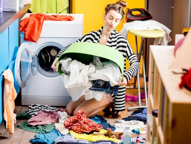 Att vi köper mer kläder och tvättar mer än någonsin hänger ihop. Och det är inte bra.