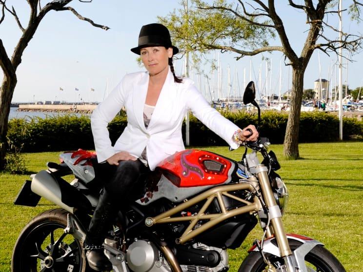 Konstnären Catrine Näsmark målar gärna nakna kvinnor på motorcykel