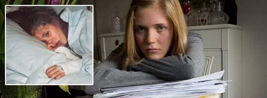 """Sara Wallgren har missats av sjukvården tre gånger och har nu varit sjuk i över halva sitt liv. """"Jag kommer inte ihåg hur det är att vara smärtfri. Det värsta med allt är att de kunde ha upptäckt det tidigare, då hade jag inte behövt ha så här ont."""" Saras föräldrar har begärt ut allt som rör Saras sjukhusbesök. Allt finns sparat i tre pärmar. Sara har anmält missen med den uteblivna efterkontrollen till Socialstyrelsen och då har dokumentationen varit välbehövlig. Foto: Per wissing"""
