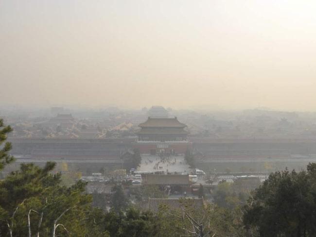 Smogen över Kinas huvudstad Peking. Peking ligger tvåa på listan - men stadens luft håller på att bli bättre.