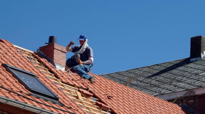 Ett nytt tak kan innebära stora månadsutgifter i högre amortering om belåningsgraden ändras vid ett tilläggslån. Foto: Colourbox