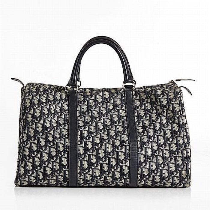 CHRISTIAN DIOR. Handväska med mörkblått monogrammönster och skinndetaljer.  Vintage. Utrpospis  2000 kronor. Slutpris  2600 kronor. 552ae2f63c94f