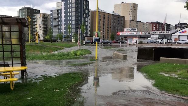 Åskoväder över Västsverige - parkering översvämmad