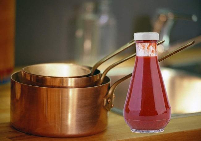 Koppar blir skinande rent om du putsar det med ketchup. Massera ketchupen över kopparytan och titta sedan på när det löser upp allt fet och smuts, tack vare syran.