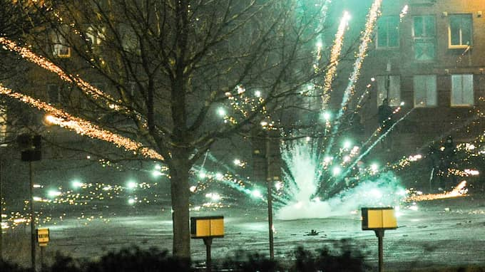 Polisen har fått flera larm om raketer mot fastigheter och människor under nyårskvällen. Bilden är från Kristianstad under gårdagen. Foto: JENS CHRISTIAN
