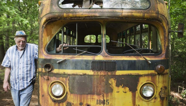 Walter Dean Lewis vid en gammal buss.