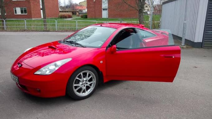 Polisen söker efter den stulna bilen, en röd Toyota Celica av 2001 års modell. Foto: PRIVAT