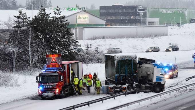 En lastbil körde in i mitträcket utanför Borås. Minst 50 meter av mitträcket är totalförstört. Foto: Joakim Eriksson