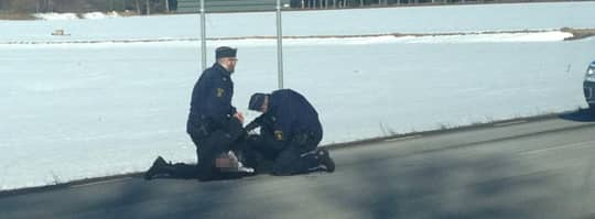 Här griper polisen skytten efter en vild jakt på motorvägen.