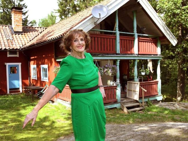 Här mitt i skogen i Tungelsta bor Elisabet Höglund tillsammans med maken Bosse Karlsson. Huset var från början ett spannmålsmagasin som uppfördes i Västmanland och som flyttades hit på 60-talet.