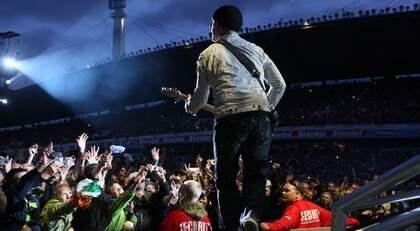 """SÄKERHET KOSTAR. Polisen vill ta betalt för bevakning av konserter typ U2 på Ullevi. Bilden är från förra sommaren. Men hur skiljer man det från vanligt ingripande eller spaning som är """"gratis""""? Foto: Tommy Holl"""