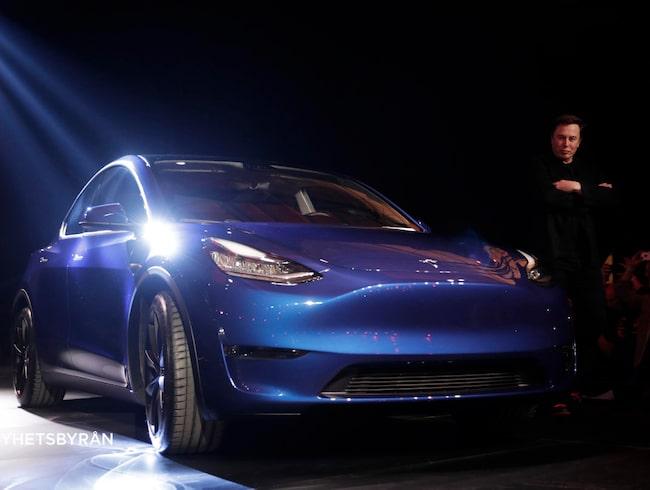 Elon Musk på scen med nya bilen.