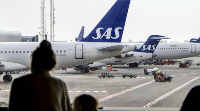 Ett SAS-flygplan och ett fordon har kolliderat på Kastrup. En person är förd till sjukhus. Foto: Johan Wessman