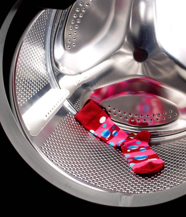 Visst är det tröttsamt när tvättmaskinen äter strumpor och du till slut har massor av udda strumpor? Stoppa strumporna i tvättpåsar, så slipper du problemet.