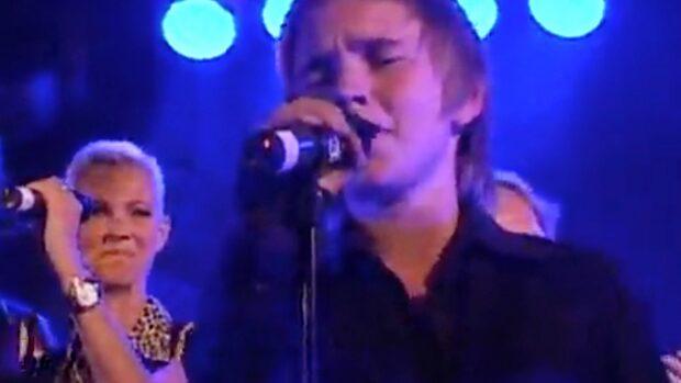 2009: Stjärnan i tårar - rörd av sonens sång