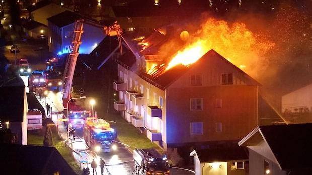 Kraftig brand i flerfamiljshus – boende evakuerade