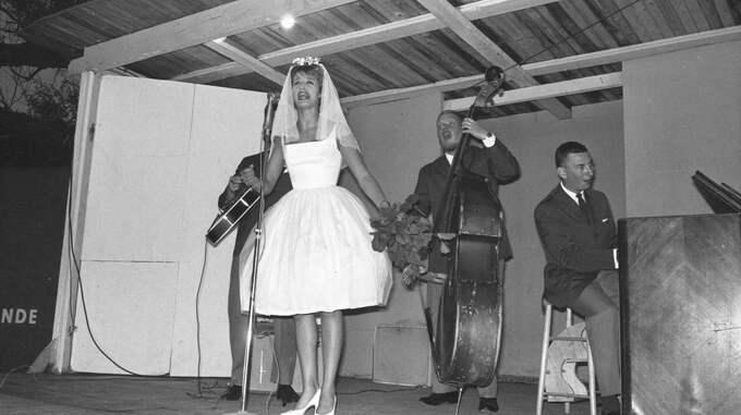 """Barbro """"Lill-Babs"""" Svensson uppträder i en folkpark i Göteborg år 1960. Foto: IBL/KAMERAREPORTAGE"""