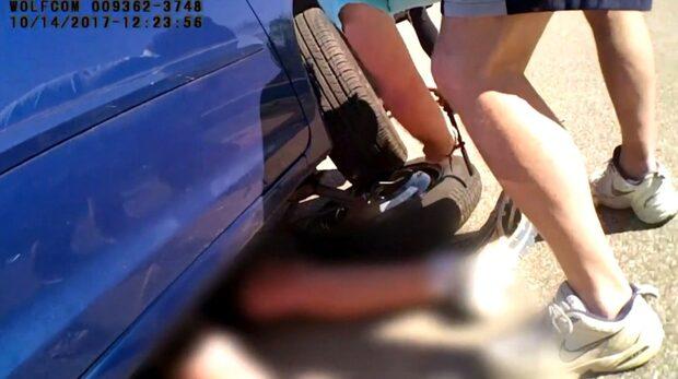 Pojken ligger fastklämd under bilen - se polisens blixtsnabba insats