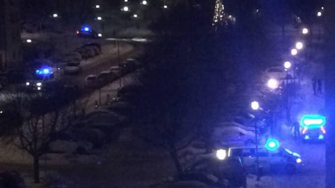 Ambulans och polis på plats i Farsta strand i södra Stockholm Foto: Läsarbild