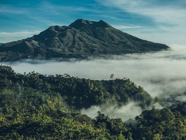 Vulkanen Mount Agung har varit nära ett utbrott i flera veckor och de flesta närboende har flytt till säkra platser.