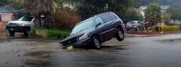 Kvinna körde ner i  slukhål med sin bil