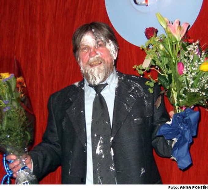 Tårtattack. Författaren Bengt Pohjanen fick en tårta med surgrädde daskad i ansiktet av succéförfattaren och tidigare vännen Mikael Niemi.