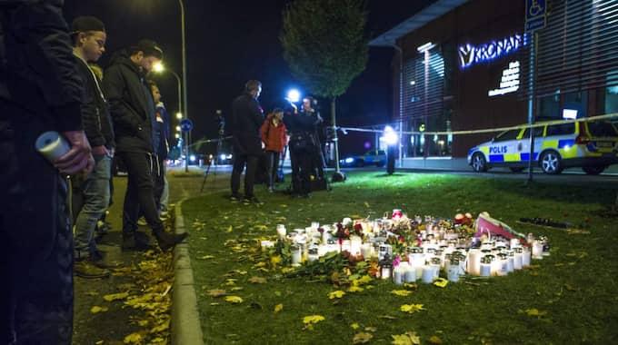Samlas vid skolan i Trollhättan för att hedra offren för dådet. Foto: Henrik Jansson
