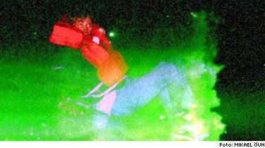 Okänd man på bilden. Mikael Öun ville använda kameran för att blixten skulle fungera som nödsignal. Efteråt visade det sig att en okänd an fastnat på två av bilderna som sedan publicerades över hela världen.