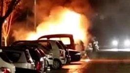 Ungdomsgäng sätter bilar i brand och kastar raketer på polisen