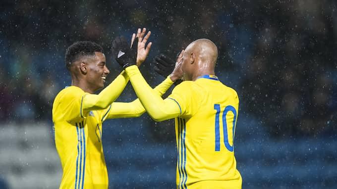 Alexander Isak och Carlos Strandberg firar Sveriges 3–0-seger mot Malta Foto: PETTER ARVIDSON / BILDBYRÅN