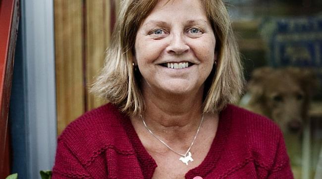 BLOGGAR OCH MOTIONERAR. Yvonne Kingbrandt fick diagnosen alzheimer för tre år seadan och bestämde sig tidigt för att göra det bästa av sin sjukdom. Varje dag går hon stavgång och ibland gästtalar hon runt om i landet samtidigt som hon driver en välbesökt blogg där hon berättar om sin sjukdom.