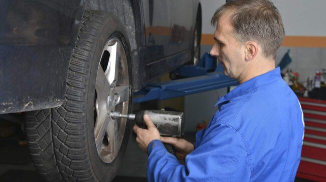 Från och med den 16 april får du inte längre ha dubbdäck på bilen, om det inte råder vinterväglag.