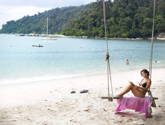 Polska Izabela Swiecicka är på långresa i Asien med sin italienske pojkvän. Efter en månad på Sri Lanka reste de till Langkawi och sedan till Pangkor där de tar det lugnt på Coral Beach.