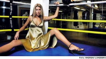 """""""KAXIG BILD"""". Utmanande eller inte - TV4 ser inget problem med sportankaret, Nora Strandbergs, bilder i tidningen Plaza Kvinna. Nora själv är stolt över exponeringen. """"Det är en kaxig bild som säger """"fashion"""" - inget annat"""", säger hon."""