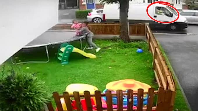 Barnen lekte i trädgården när en vit skåpbil närmade sig. Foto: Facebook