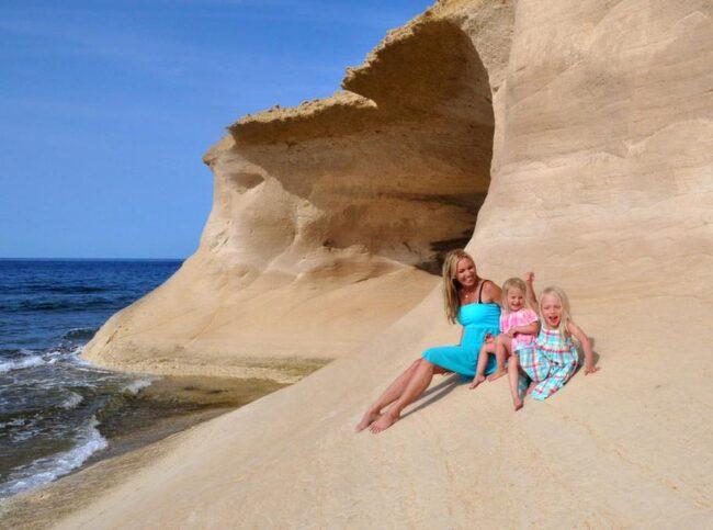 Här sitter Linda Lindorff med döttrarna Lykke och Wilhelmina på en kalkstensklippa på piratön Gozo. På Malta och Gozo kan man bada från april till november.