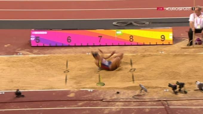 Här är superhoppet, som alla trodde betydde VM-medalj. Men från ryggen hänger en nummerlapp, som släpar i sanden. Foto: Eurosport.