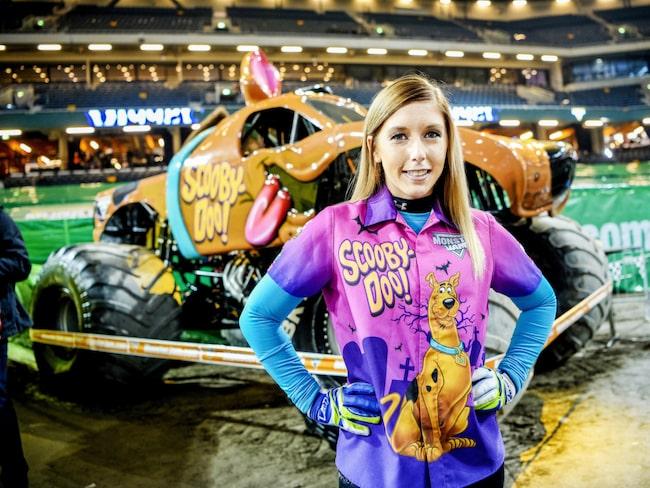 """Brianna Mahon, 26, från illinois kör monstertrucken Scooby-Doo på plats i Friends Arena.  """"Det är alldeles för många män som kör, men vi är tio tjejer nu och kommer bli fler nästa år, så vi är på väg att ta över!"""", säger hon."""