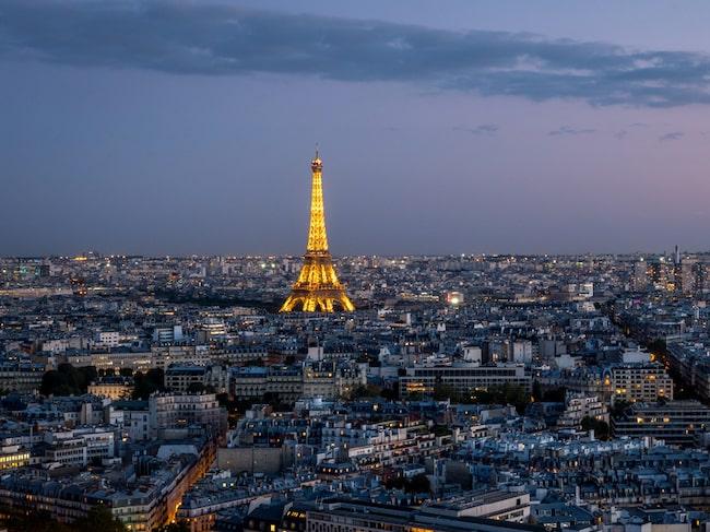 Varje kväll vid mörkrets infall lyser Eiffeltornet upp av 20 000 glödlampor.