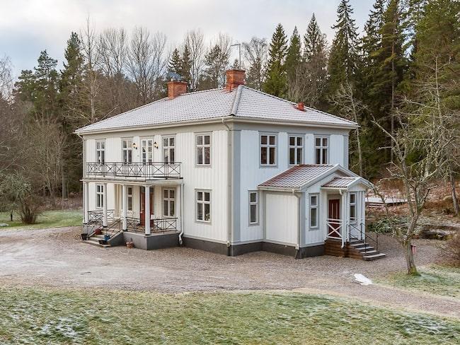 Under 1900-talet har ett flertal präster bott på gården som ligger utanför Eskilstuna.