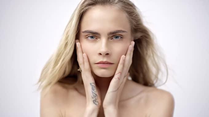 Valet av en så pass ung modell får många konsumenter att reagera, uppger Daily Mail. Foto: DIOR / STELLA PICTURES
