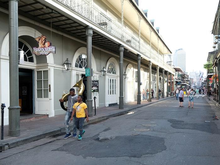 Att någon bär på ett musikinstrument är en vanlig syn i French Quarter.