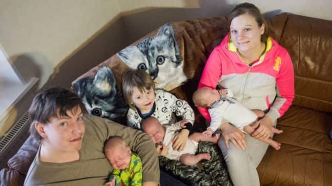 Familjen samlad efter blöjbytet. Alma får sitta i sin storebrors knä, Anton i mamma Sussans famn och Alfred i pappas. Foto: Tomas Leprince