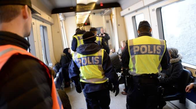 Gränspoliserna kontrollerade mannen på tåget – och när han inte kunde legitimera sig var det klippt. Foto: CHRISTER WAHLGREN