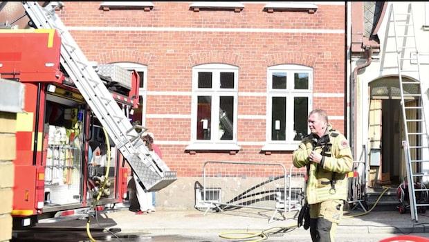 Kvinna död efter brand i byggnad