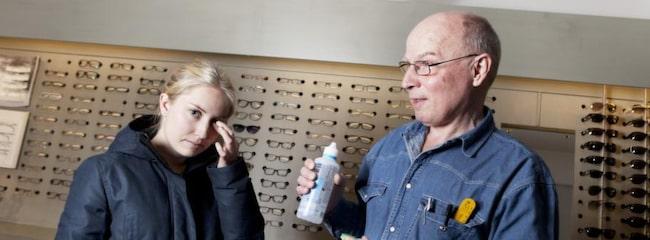 """Studenten Sanna Lindmark Starkenberg, 27, har inte haft problem med sina linser. """"Jag litar på att min optiker hjälper mig med bra linser. Jag är inte speciellt oroad."""" Här är hon tillsammans med optikern Svante Karlén."""