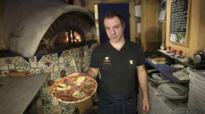 Pizzed off. Pizzabagaren Lorenzo Baniassadi menar att många pizzeriaägare fuskar i tävlingen om Sveriges bästa pizzeria. Foto: Anders Ylander