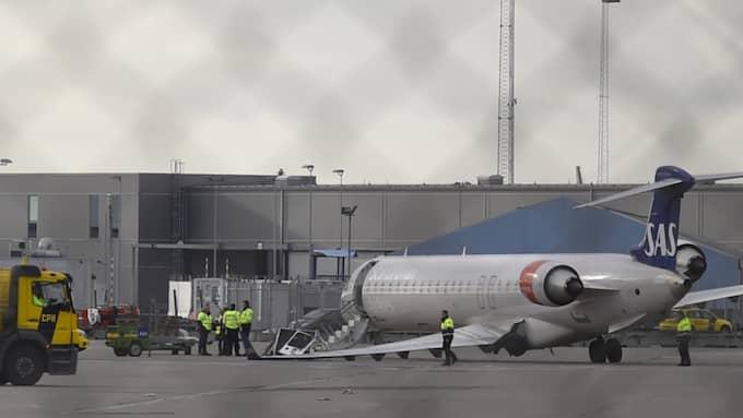 Ett SAS-flygplan och ett fordon kolliderade på Kastrup. En person är förd till sjukhus. Foto: Andreas Holm